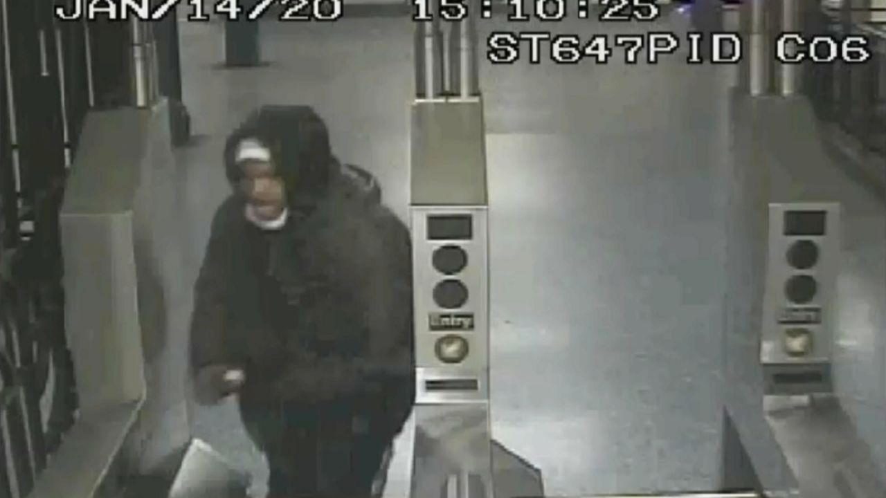 Con una cadena agrede a una policía que esperaba el 'subway'