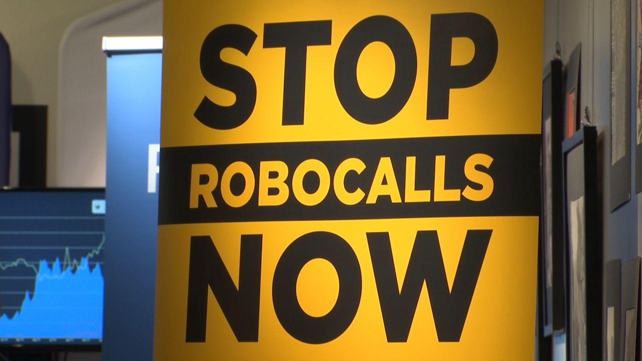 El senador Chuck Schumer está impulsando una legislación que busca acabar con las llamadas robotizadas