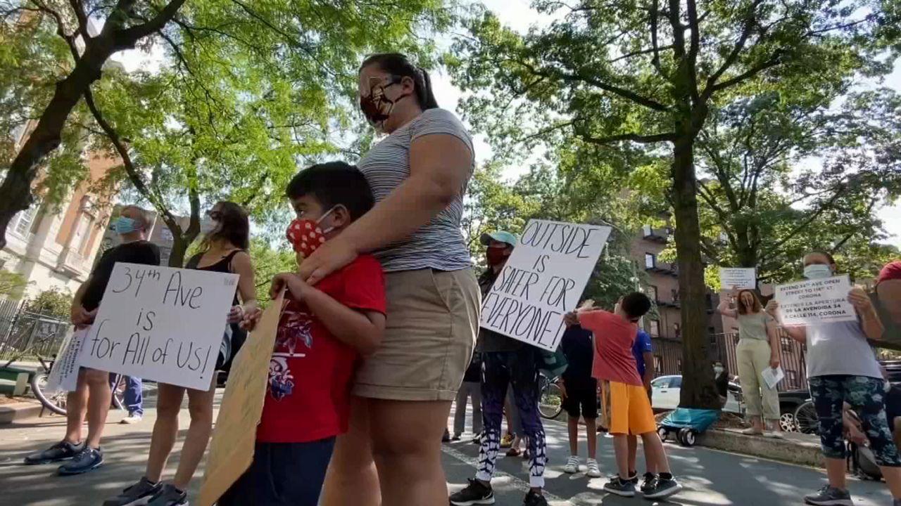 Familias en Jackson Heights exigen el uso de calles para dar clases