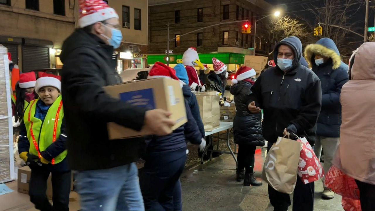 Base de taxis convertida en banco de alimentos y regalos