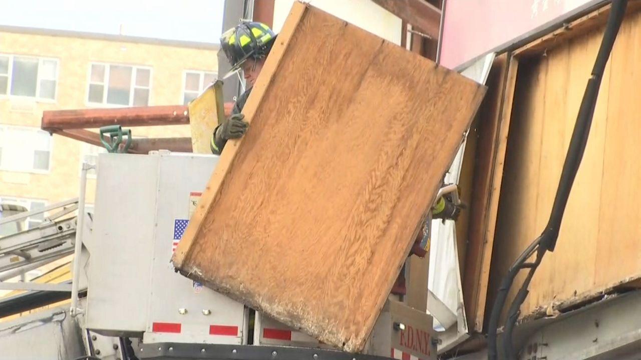 Le cayó un pedazo de plywood.