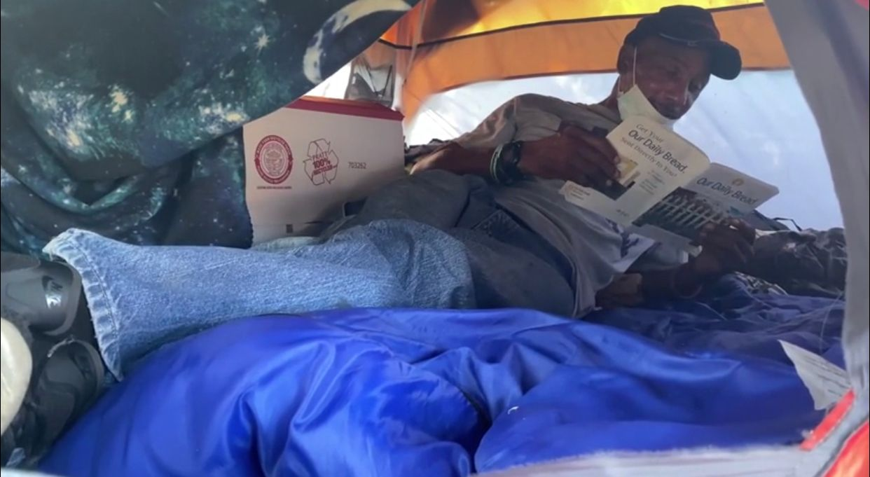 Willie Hodge rests in his tent (Robin Richardson/Spectrum News 1)