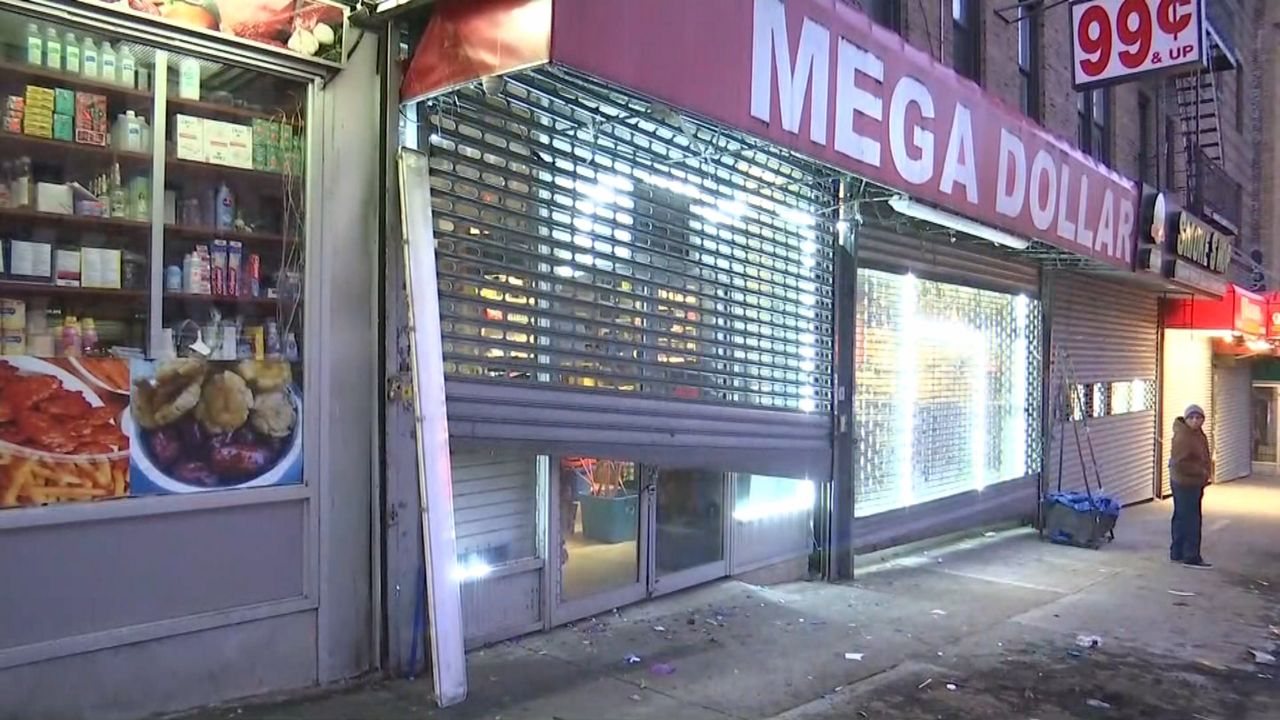 Ambulancia se impacta contra una tienda en Washington Heights