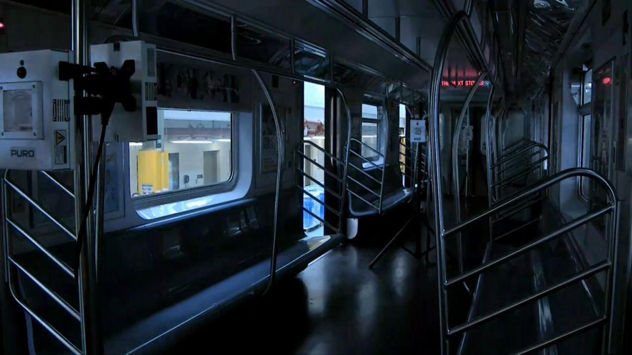 MTA utilizará luz ultravioleta para desinfectar los vagones del metro y autobuses con la esperanza de matar el coronavirus