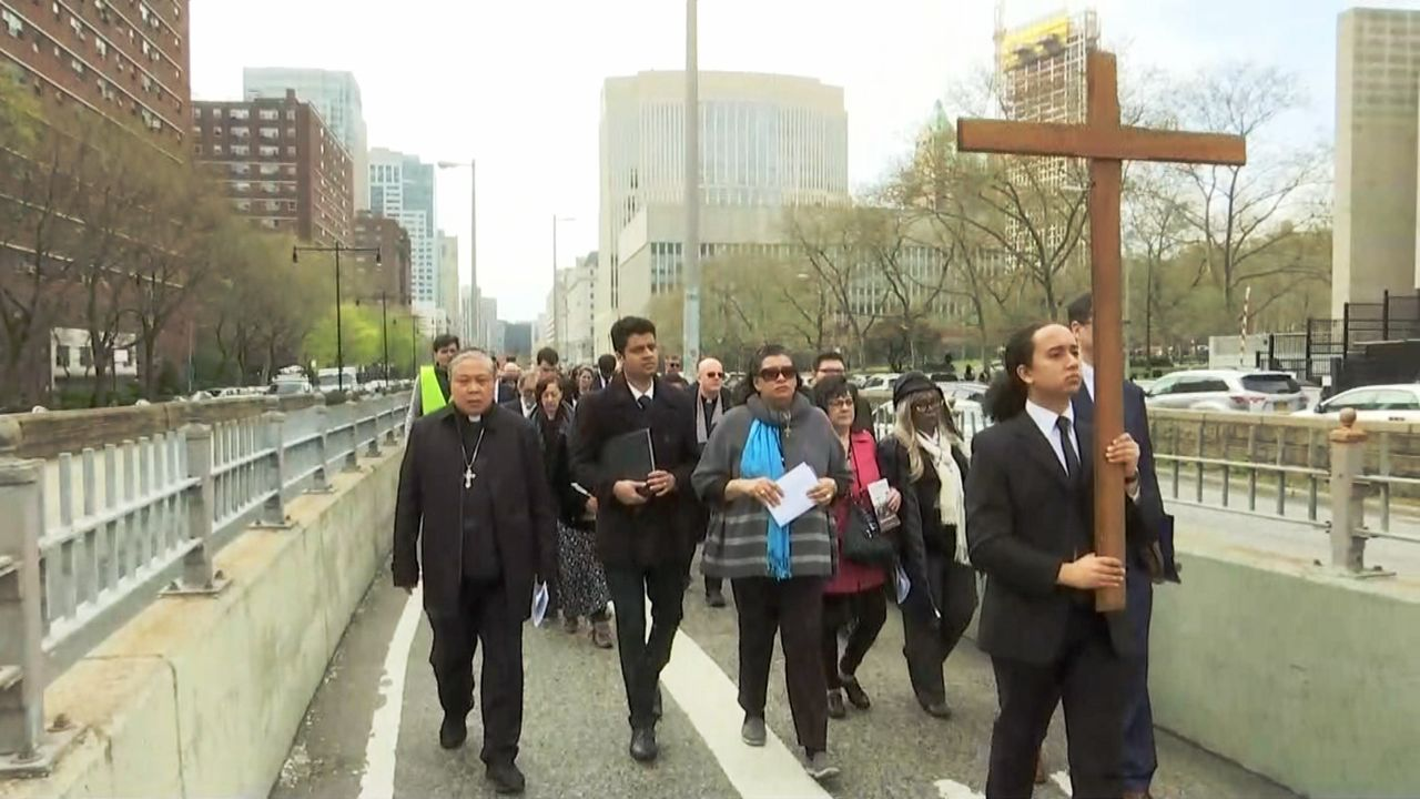 "Good Friday ""Way of the Cross"" Attracts Hundreds to Walk Brooklyn Bridge"