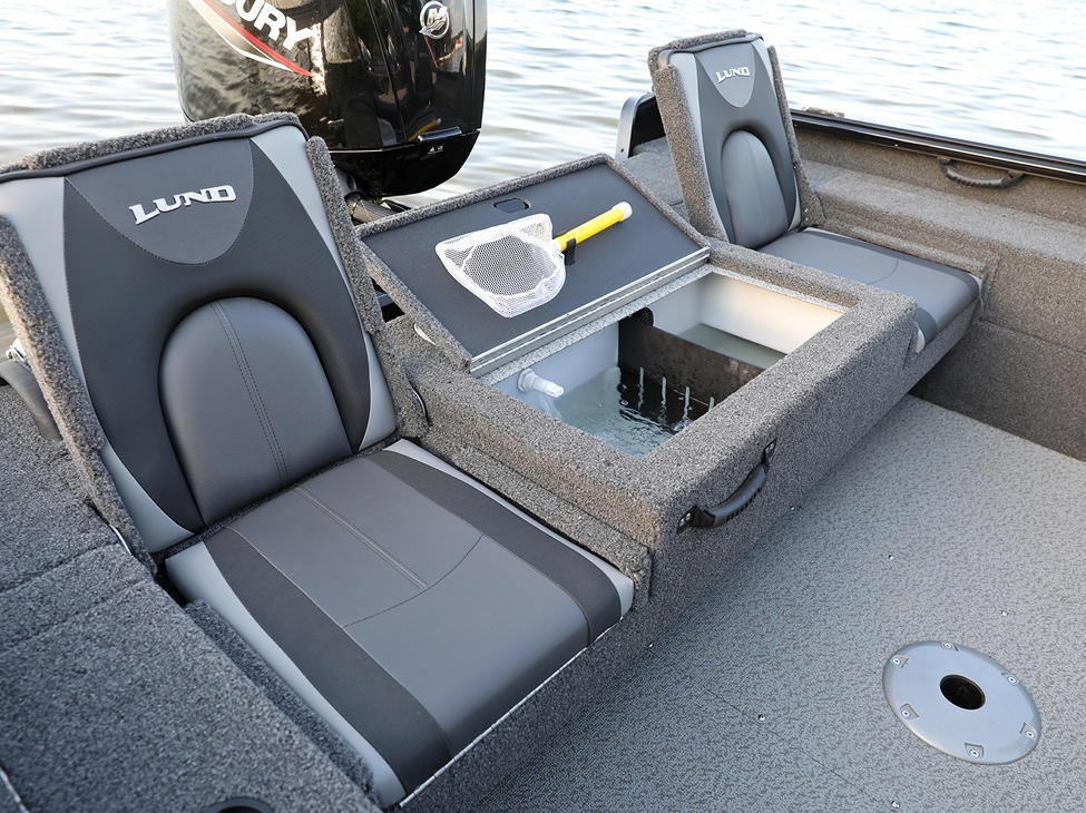 1675 Impact XS Aft Deck Jump Seats and Livewell Open
