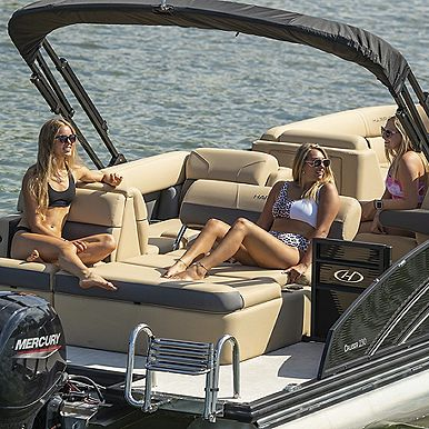 Cruiser 230 Girls on Boat