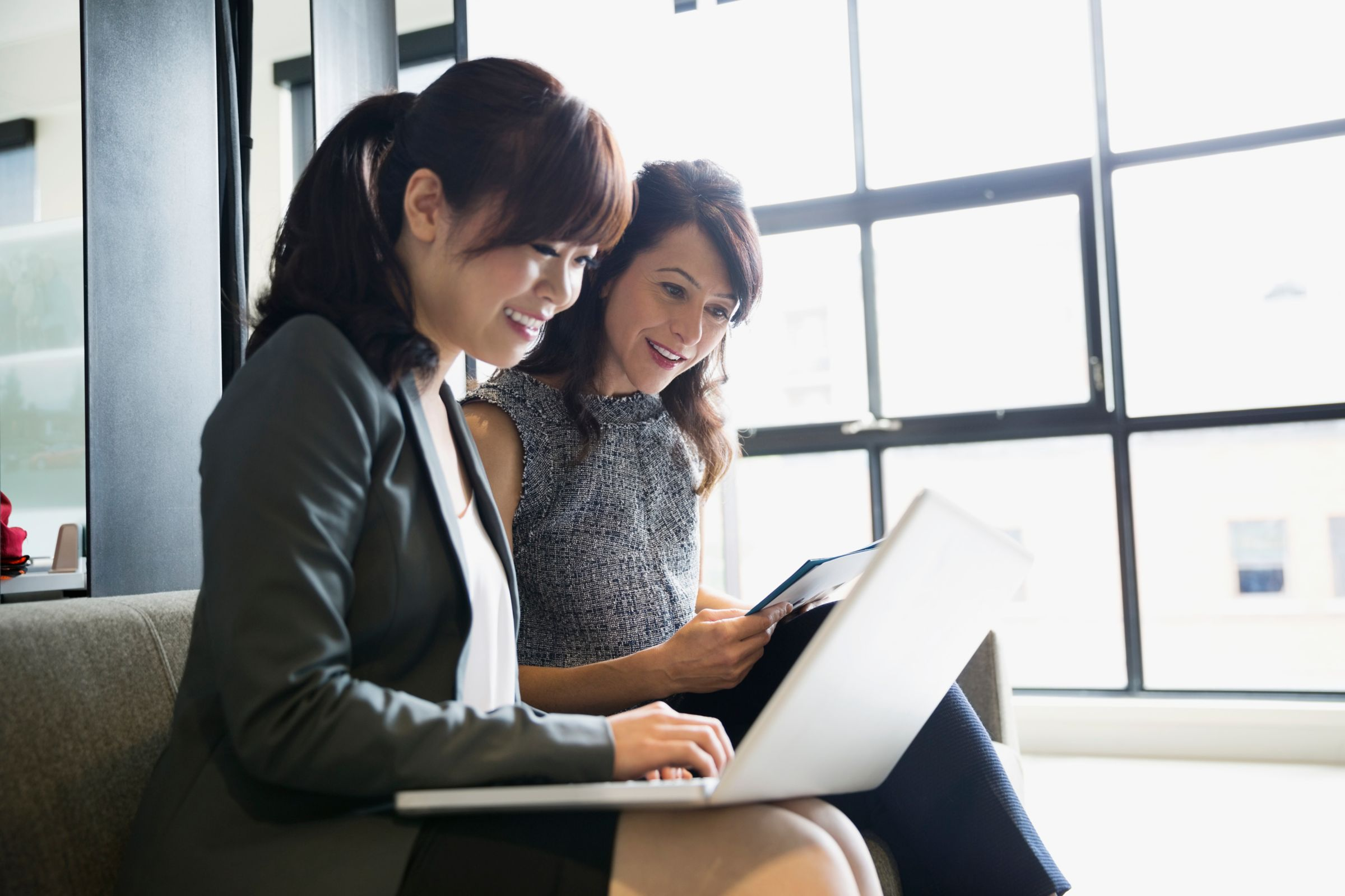 2 women looking at a computer