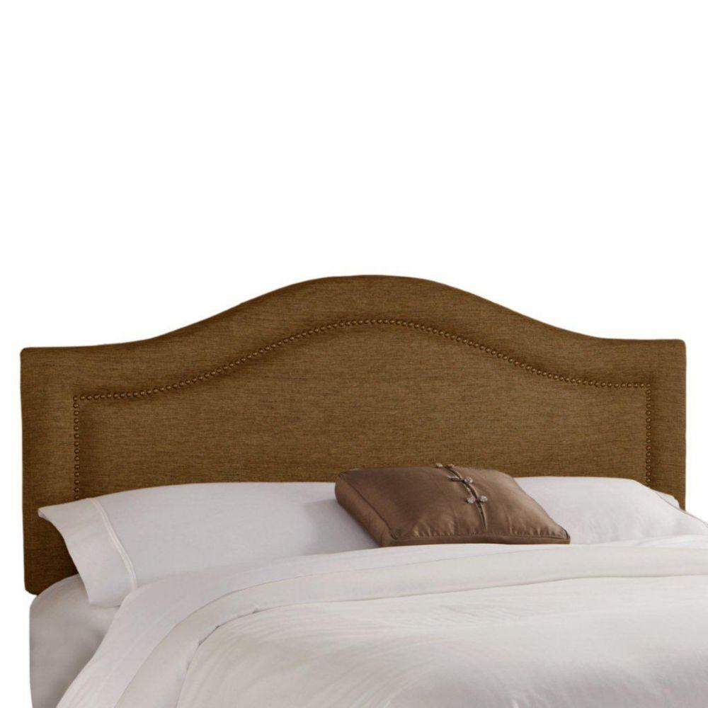 Tête de grand lit en tissu métallique de ton praline enjolivée de têtes de clous en laiton incrus...