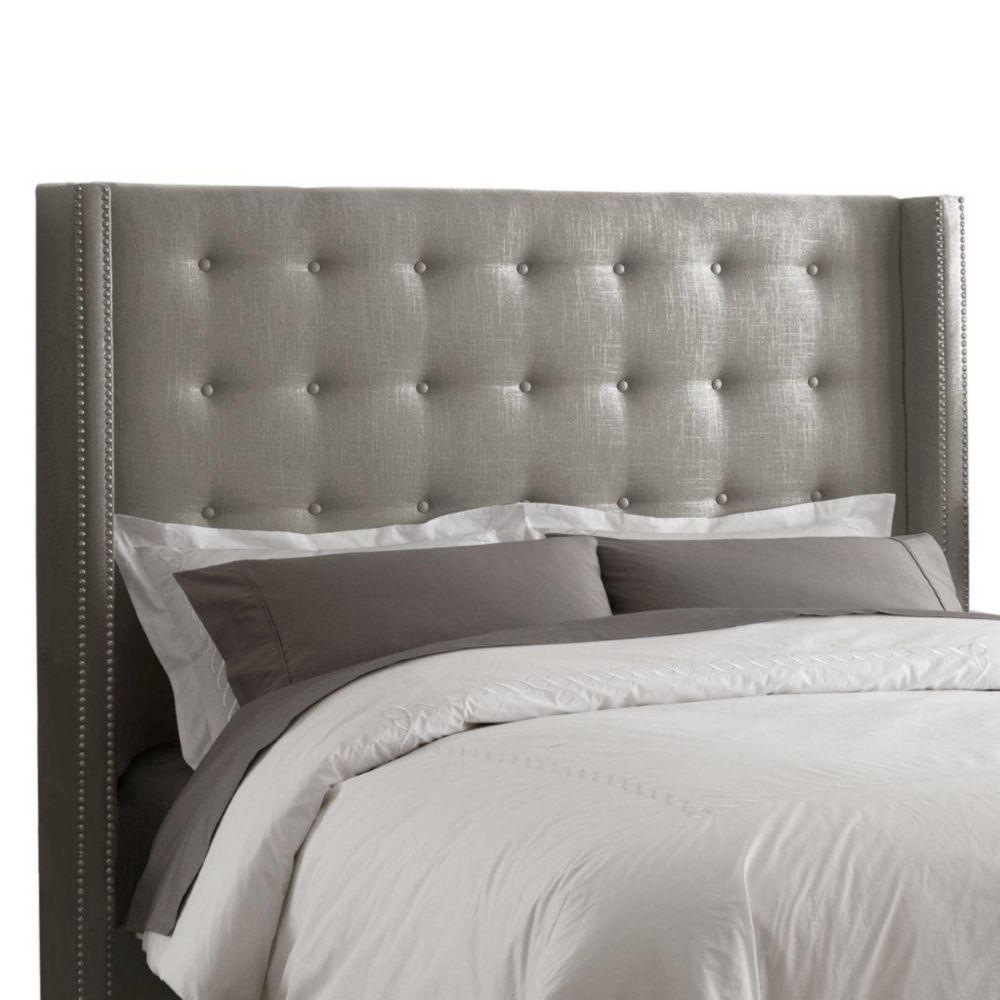 Tête de très grand lit étroit capitonnée en lin de ton gris enjolivée de têtes de clous en étain