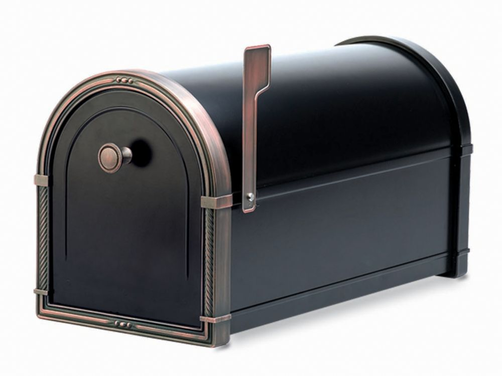 Boîte aux lettres Coronado noire avec ornementations en cuivre patiné, à montage sur piédestal