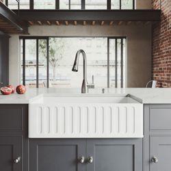 """VIGO Ensemble d'évier de cuisine de style rustique en pierre mate 33 """" avec robinet Aylesbury en acier inoxydable, filtre et distributeur de savon"""