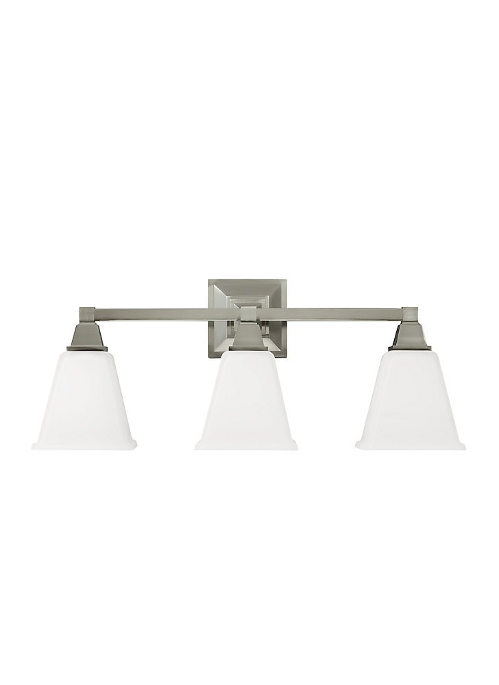 Lumière Denhelm fixée au mur à trois ampoules avec abat-jour blanc, Fini argent