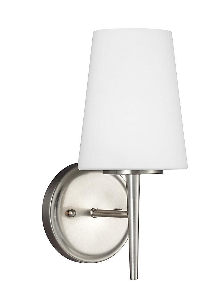 Lumière Driscoll fixée au mur à une ampoule avec abat-jour blanc, Fini argent - Energy Star