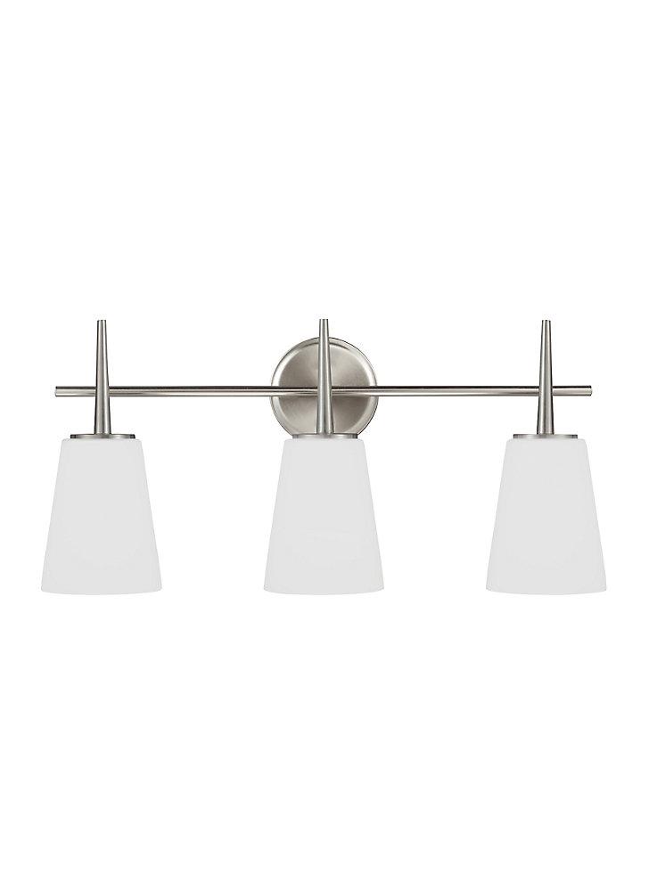 Lumière Driscoll fixée au mur à trois ampoules avec abat-jour blanc, Fini argent
