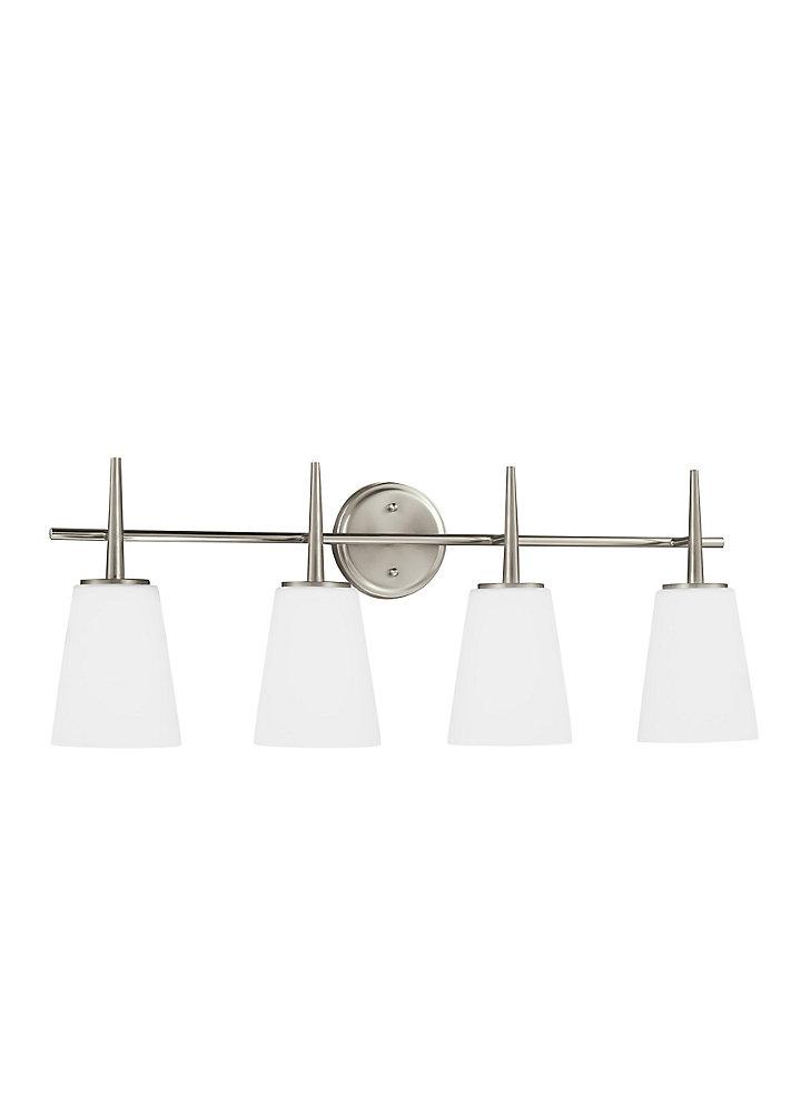 Lumière Driscoll fixée au mur à quatre ampoules avec abat-jour blanc, Fini argent - Energy Star
