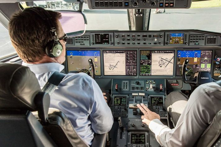 PlaneView Flightdeck with Pilots Taxiing