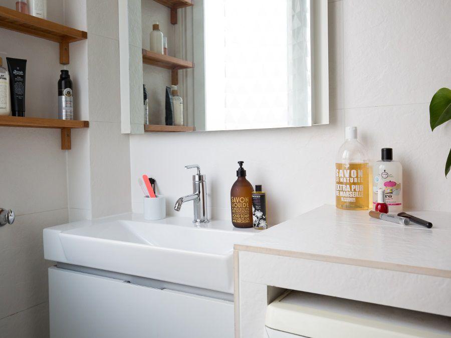 Un meuble de rangement dans une salle de bains