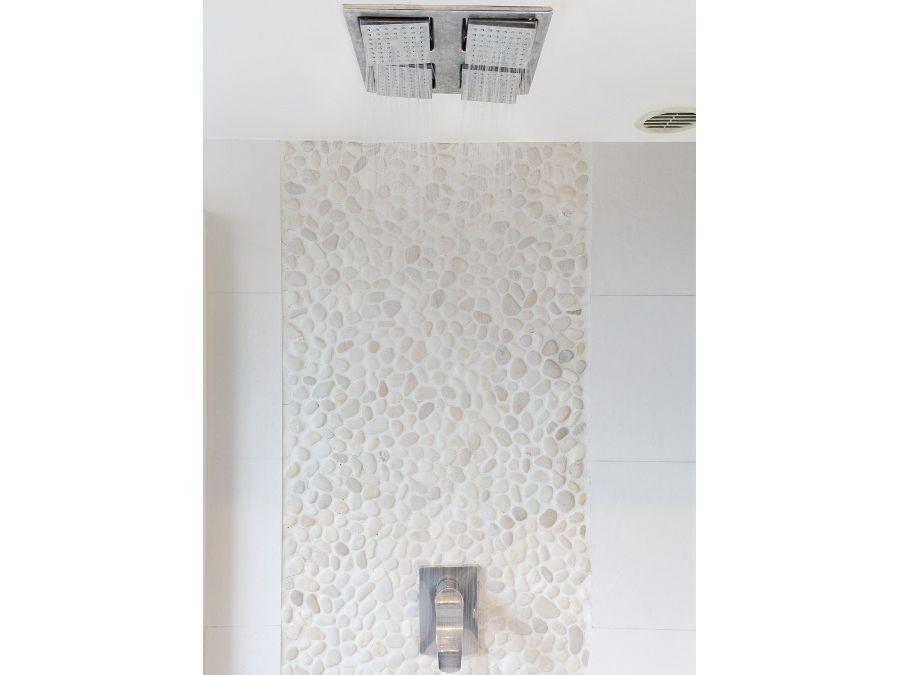Une frise de galet pour sa salle de bains