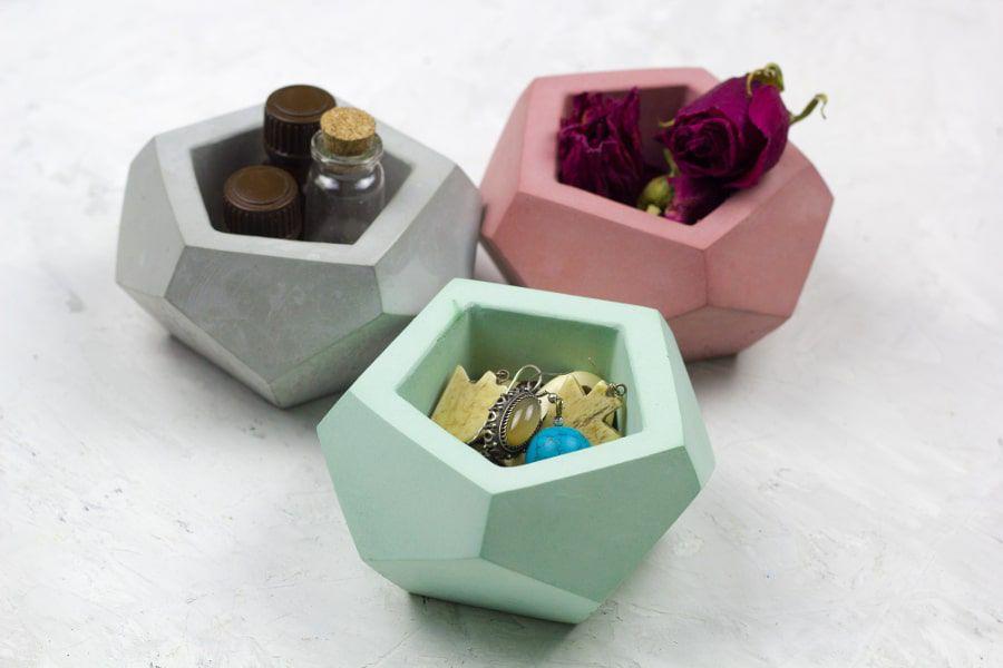 Des petits pots de différentes couleurs pour ranger ses accessoires dans la salle de bains