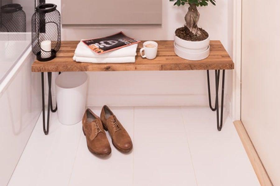 Un banc vintage fait maison fabriqué à partir de chutes de bois et de pieds métalliques noirs pour accessoiriser sa salle de bains