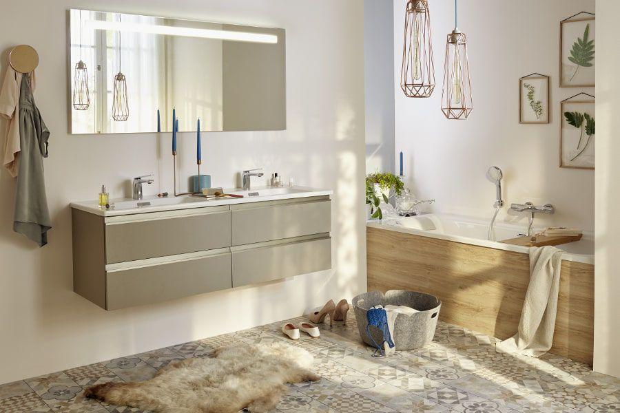 Une salle de bains avec un grand meuble vasque, une baignoire et un panier de rangement posé à terre