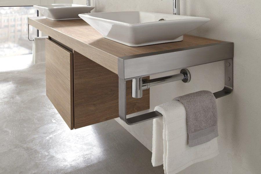 Des équerres porte-serviettes design intégré sur le côté d'un plan vasque
