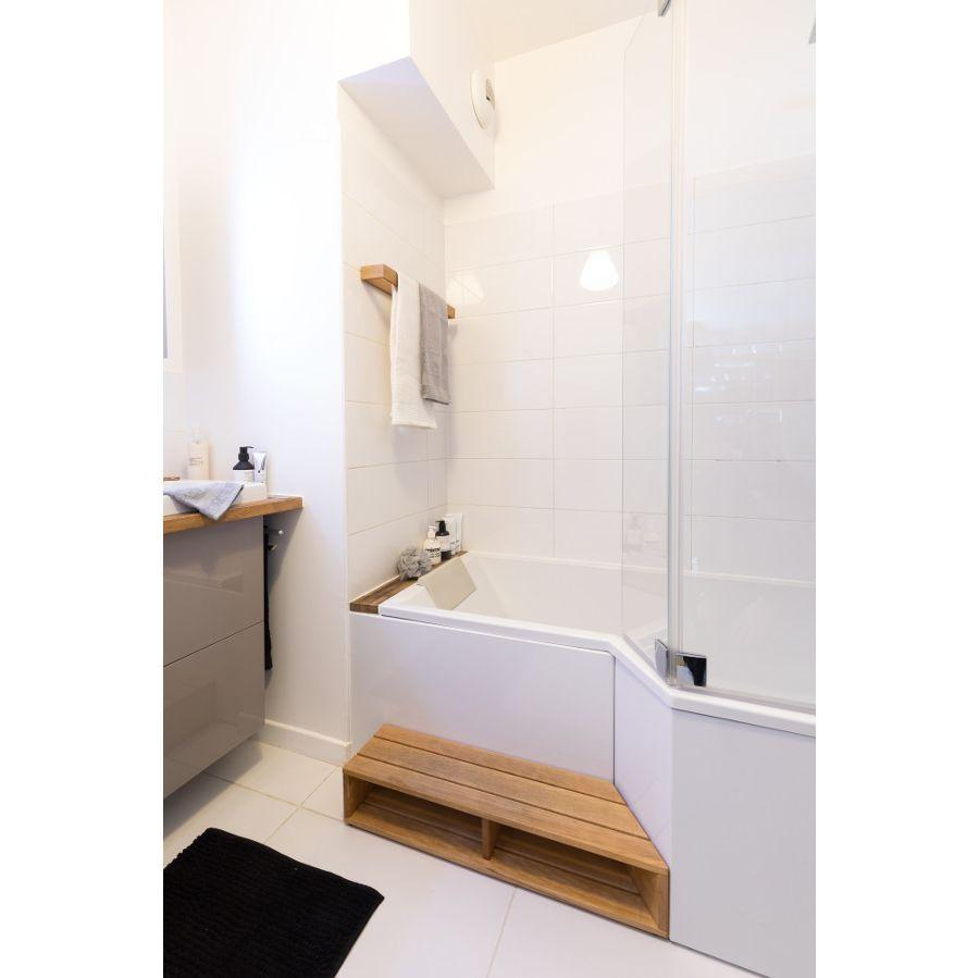 Une baignoire-douche avec un marche pied