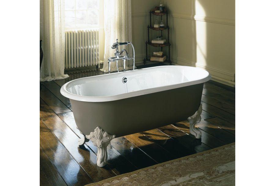 Une baignoire avec des pieds sculptés et un sol en bois style parisien