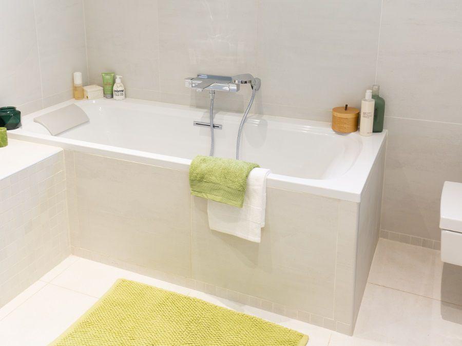 Une nouvelle baignoire dans une nouvelle salle de bains