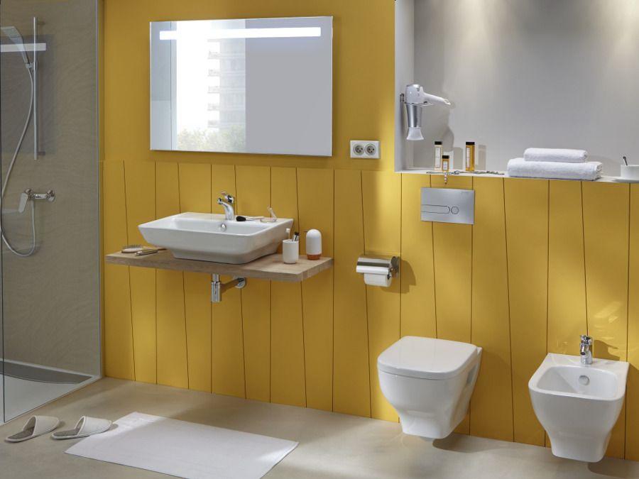 Un bidet dans une salle de bains jaune