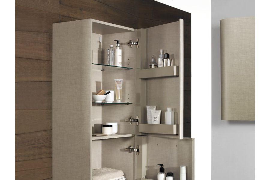 Du bois foncé sur le mur d'une colonne de meuble en bois avec des accessoires à l'intérieur