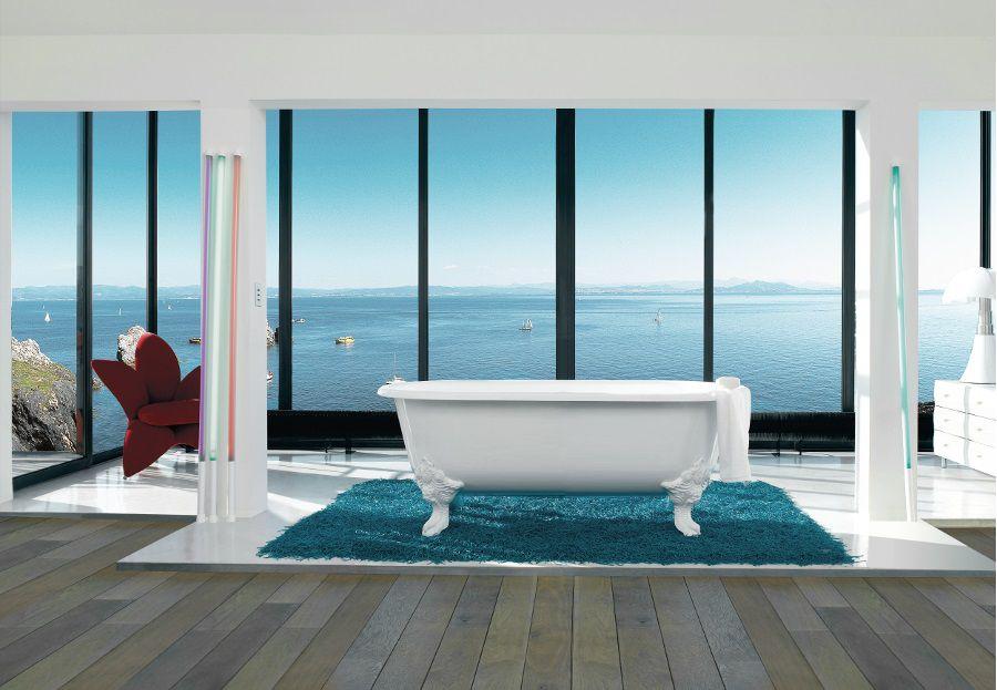 Une salle de bains avec une baignoire blanche Circé