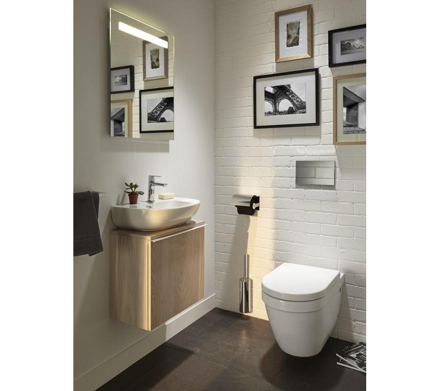 Le carrelage métro blanc dans une salle de bains chic avec des wc et un lave-mains