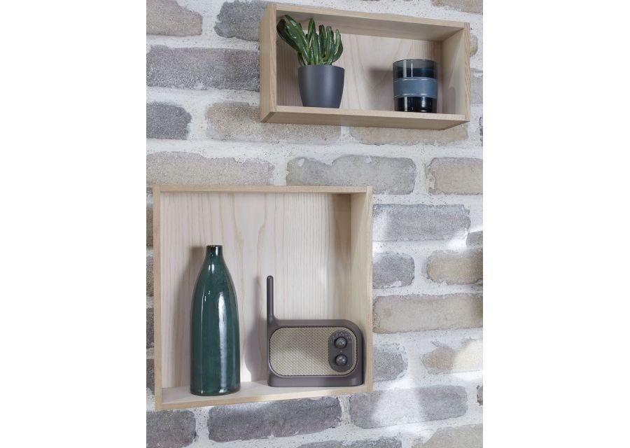 2 casiers en bois fixés sur un mur de pierre contenant une radio, une plante et des vases décoratifs