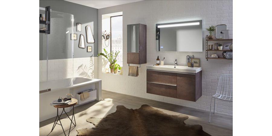 Une peau de bête tendance dans une grande salle de bains aux couleurs marrons avec des cadres au mur
