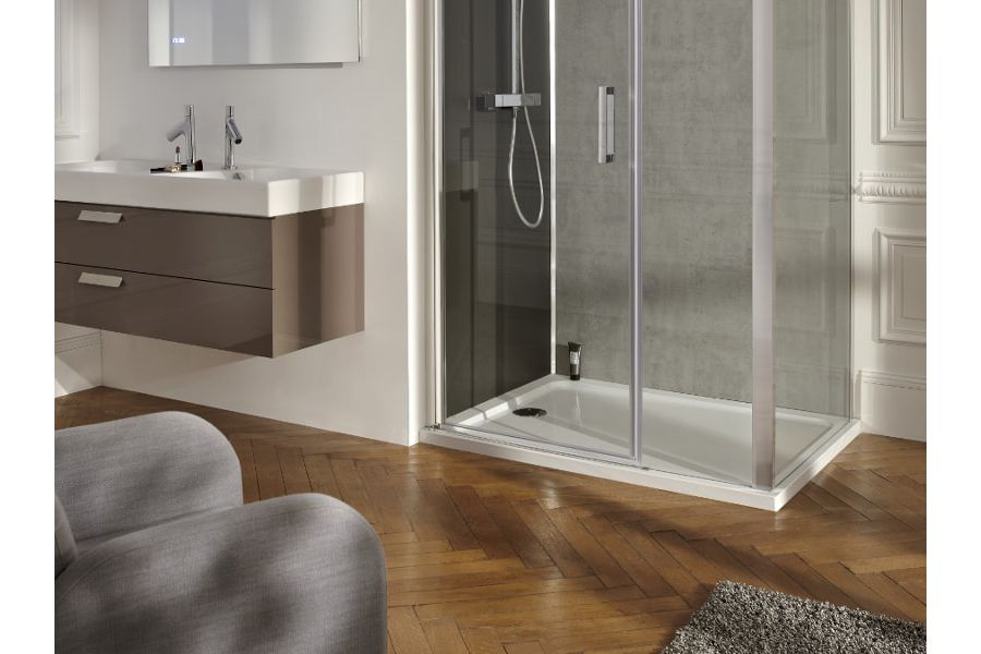 Du parquet bien ciré dans une élégante salle de bains à la parisienne
