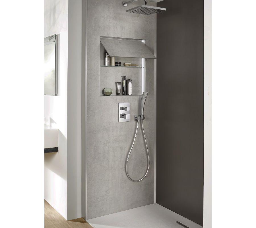 Une douche dotée d'un panneau mural gris avec à l'intérieur des accessoires de bains pour libérer l'espace dans une petite salle de bains