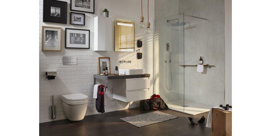 De l'éclairage au plafonnier et près du miroir dans une grande salle de bains