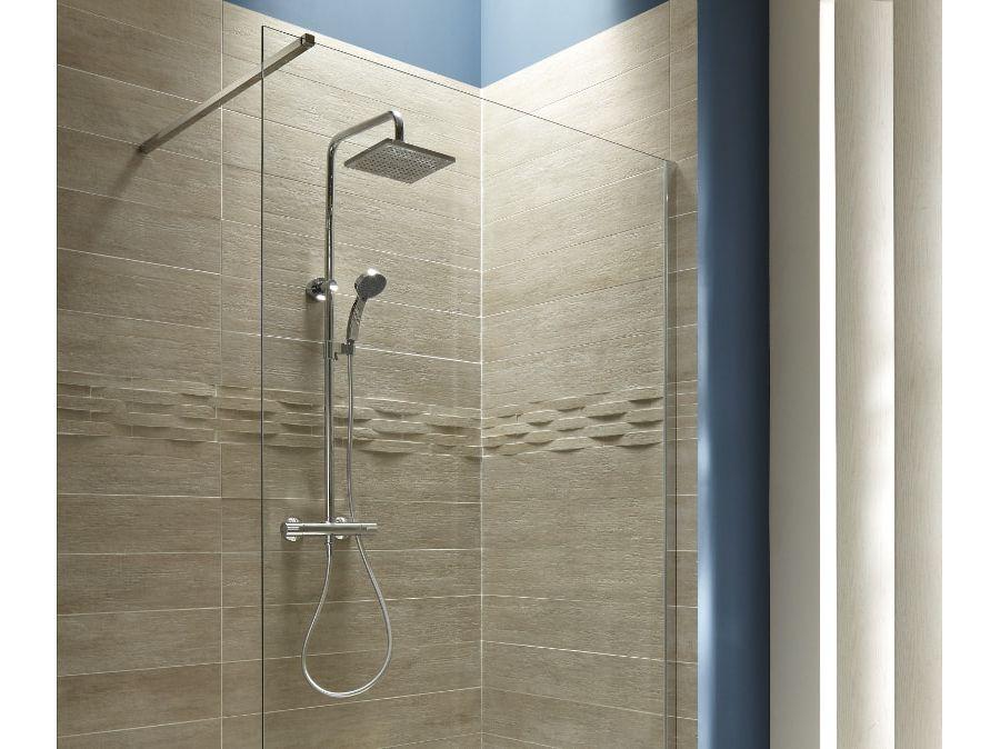 Un espace de douche design aux couleurs marrons avec du carrelage en relief