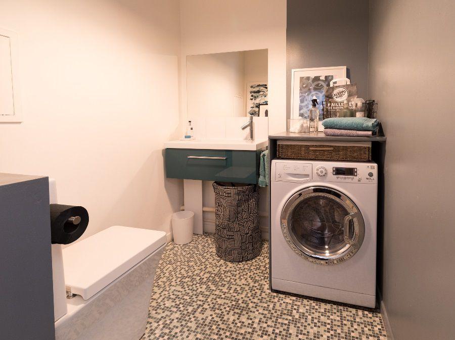 Des WC et une machine à laver dans la salle de bains