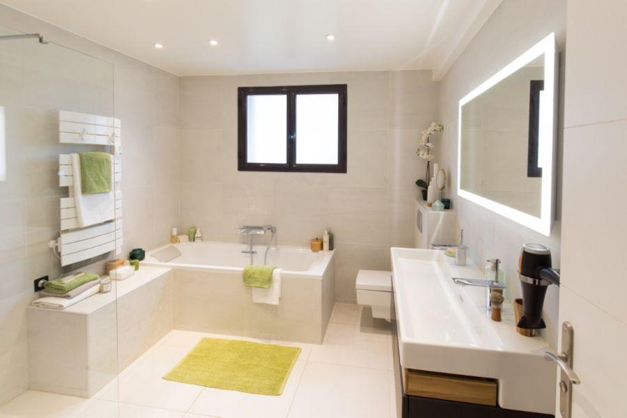 La lumière naturelle dans une salle de bains avec fenêtre