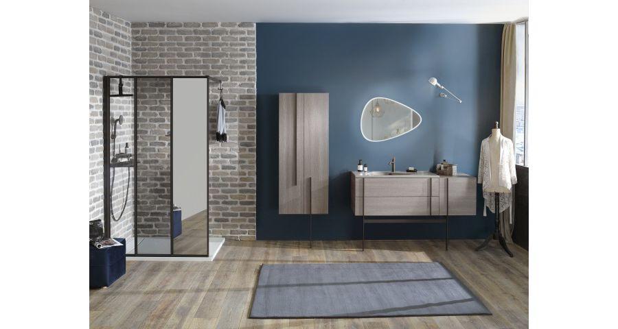 Un miroir triangulaire et un miroir sur une paroi de douche dans une salle de bains au style vintage