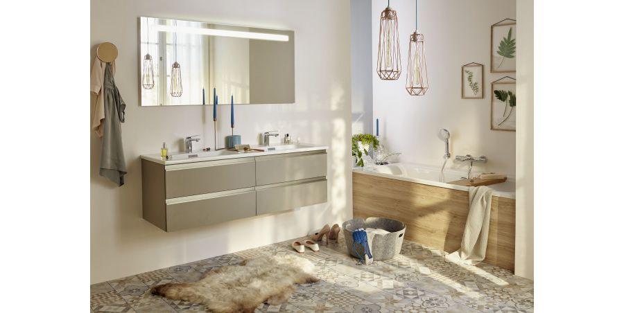 Des grands objets de décoration et des meubles en bois dans une salle de bains spacieuse