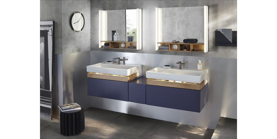 Une grande salle de bains ouverte avec une double vasque bleue et des miroirs