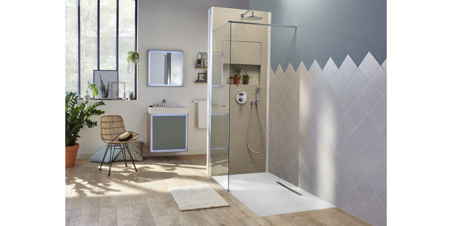 Une grande salle de bains avec une douche spacieuse ECRIN