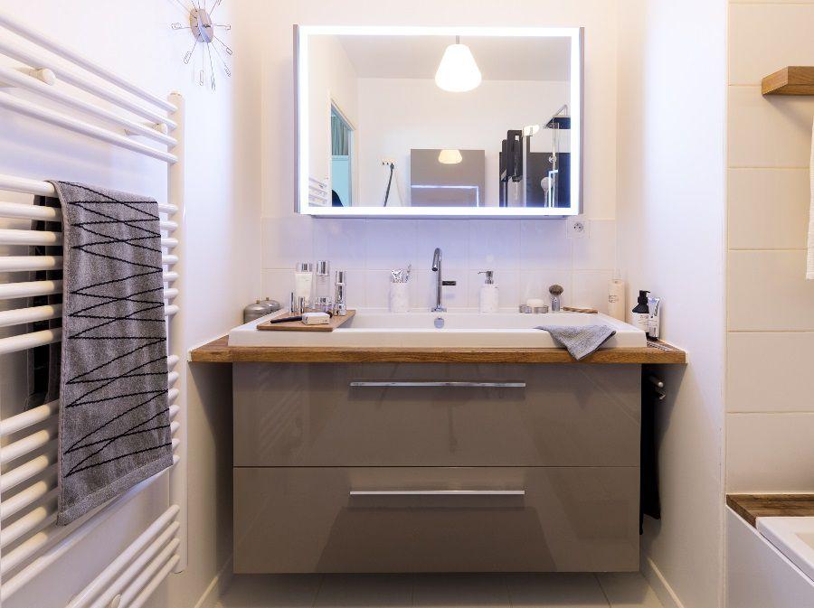 Un meuble sous plan-vasque dans la salle de bains