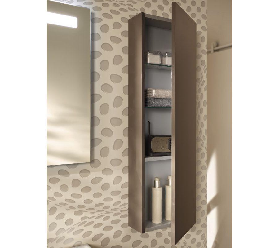 Une colonne de rangement pratque pour les accessoires de toilette dans la salle de bains