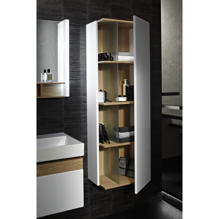 Une colonne de rangement blanche avec ses étagères en bois pour ranger ses produits de soins et de toilette dans la salle de bains
