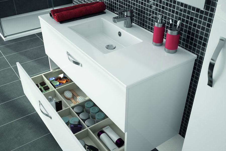 Un meuble sous plan-vasque blanc, du carrelage noir et de la faïence brillante noire dans une salle de bains rénovée sans stress
